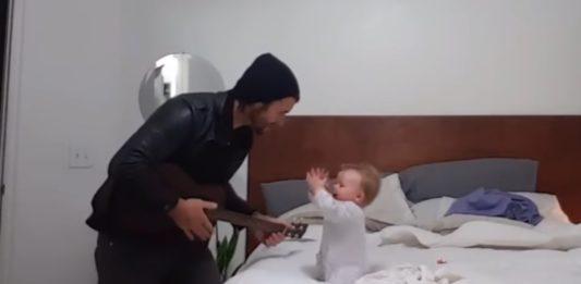 Bebé Bailando al Ritmo de la Guitarra de su Padre