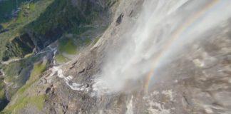 dron volando en unas cascadas noruegas