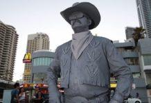 Puñetazo de una estatua viva a un turista