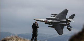 aviones de combate volando bajo
