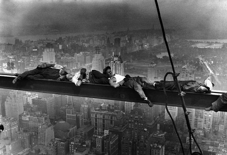 cuadro almuerzo sobre un rascacielos